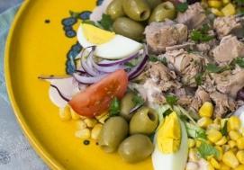 Sałatka z tuńczykiem (4 porcje)