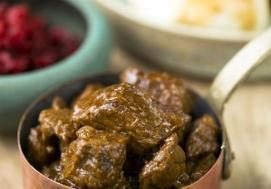 Gulasz wołowy z kluskami na parze (4 porcje)