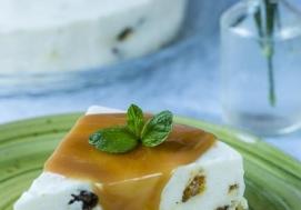 Sernik na zimno z daktylami i toffi (4 porcje)