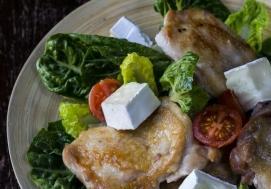 Sałatka z pieczonym kurczakiem i serem brie